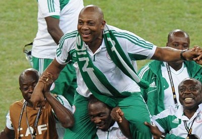 Nigeria's coach Stephen Keshi carried by players